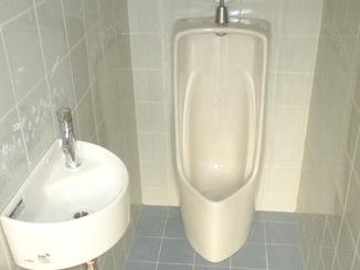 トイレリフォーム 内装はそのままに、より使いやすく手洗いを設置したトイレ